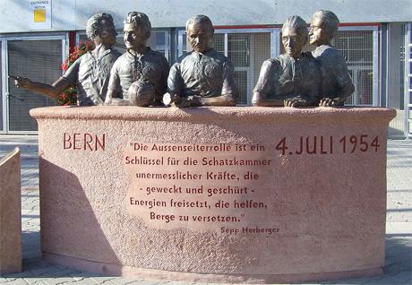 Denkmal der 54er-Weltmeister mit Horst Eckel
