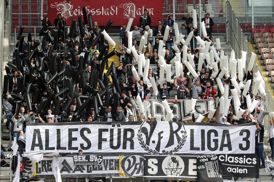 Rund 300 Fans begleiteten Schlusslicht Aalen ins Fritz-Walter-Stadion und zeigten zu Beginn eine kleine Choreo: