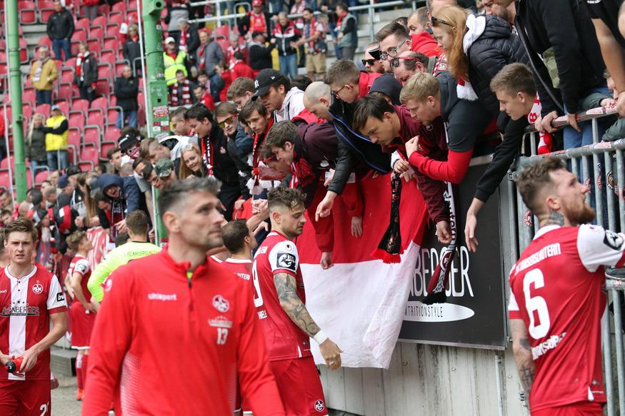 FCK-Spieler diskutieren an der Westkurve mit den Fans