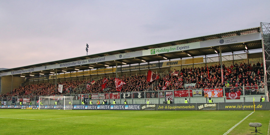 Die FCK-Kurve beim Spiel in Wiesbaden