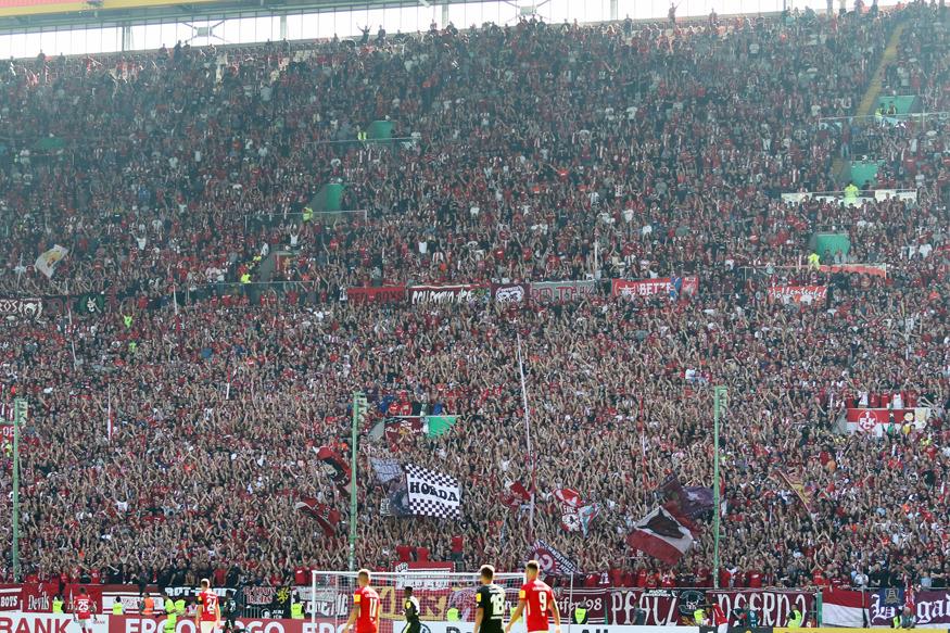 Die Westkurve gegen Mainz