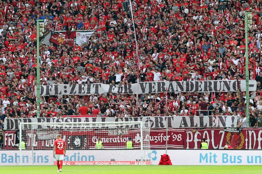 Spruchband: DFL: Zeit für Veränderung - Der Fußball gehört allen!