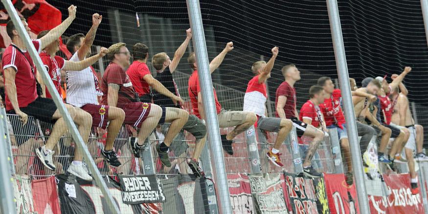 Feiernde FCK-Fans nach dem Abpfiff