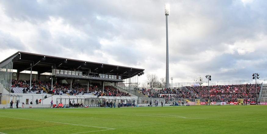 FCK-Fans auf der Haupttribüne und in der Westkurve