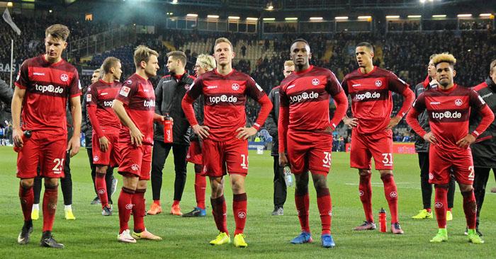 Die FCK-Spieler nach der Niederlage in Bielefeld